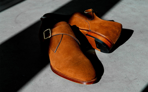 あなたの装いが知的に洒落る、茶スエードのシングルモンクストラップ靴